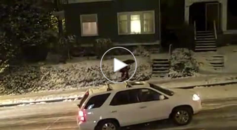 سيارات تنزلق على الشارع بعاصفة ثلجية